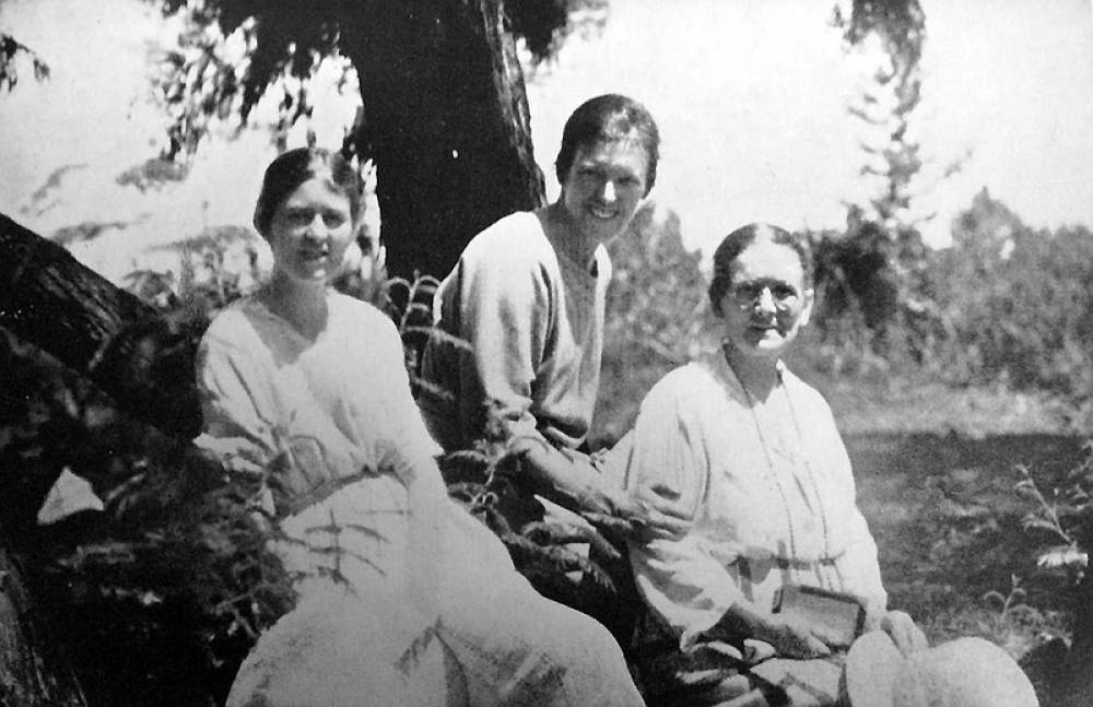 1926 - Eva With Mother And Sister