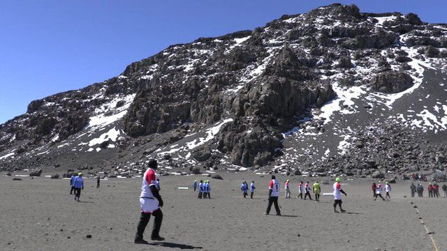 Datei:2015 10 23 Rugby Players on Kilimanjaro.jpg