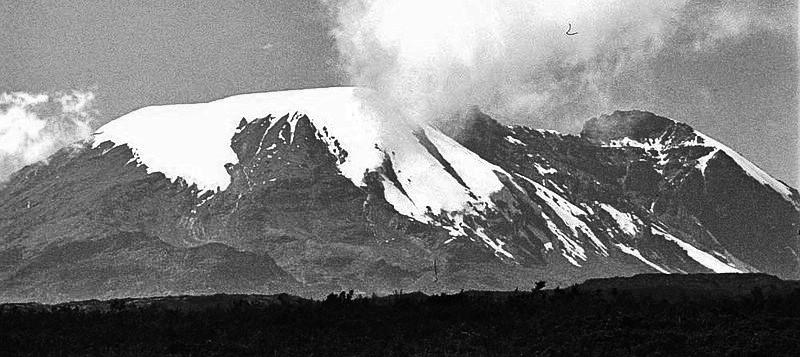 1978 - West-Bresche am Kibo mit geteiltem Penck Gletscher vom Ravenstein aus